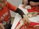 Grup 8 10 ani modelaj ceramica Suport oua Razvan si Vladut 130x98 Atelier modelaj